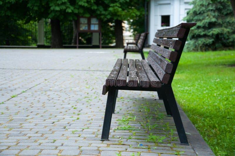 Piękna drewniana parkowa ławka blisko alei obraz royalty free