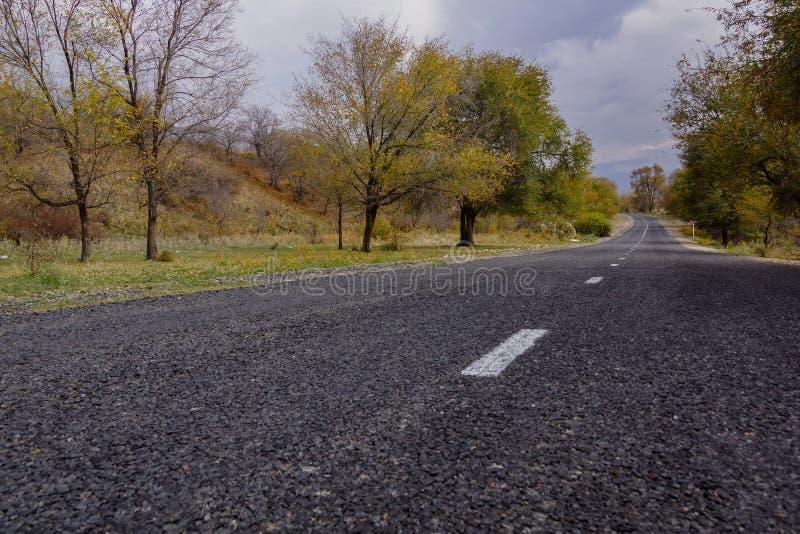 Piękna droga w górach Almaty obrazy stock
