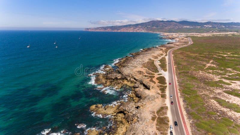 Piękna droga wzdłuż wybrzeża ocean na słonecznym dniu, Portugalia widok z lotu ptaka od trutnia zdjęcia royalty free