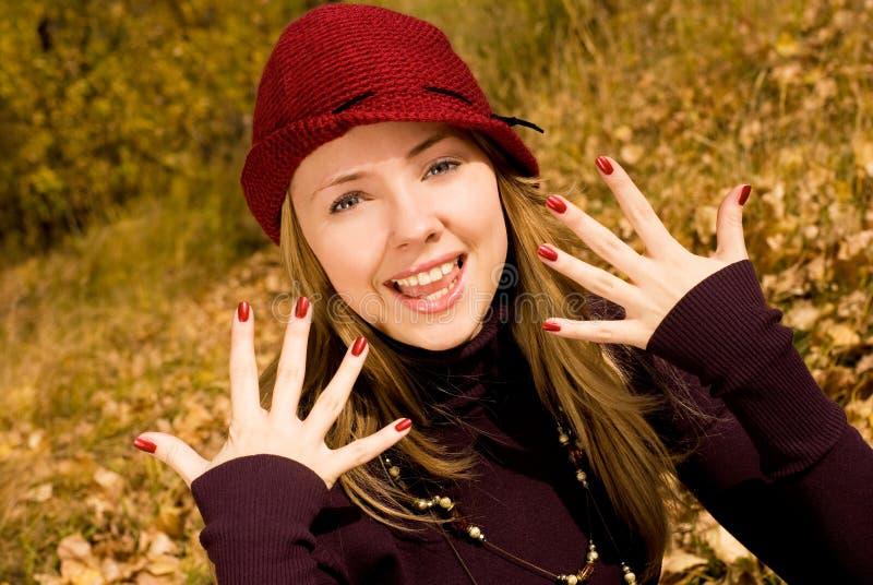 piękna dziewczyna ładny gwoździa jej seans zdjęcia royalty free