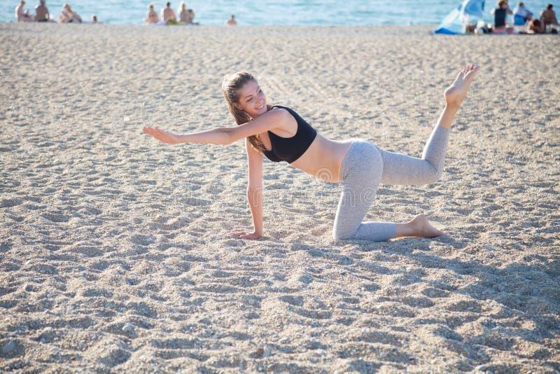 Piękna dziewczyna angażująca w sprawności fizycznej joga zdjęcia royalty free