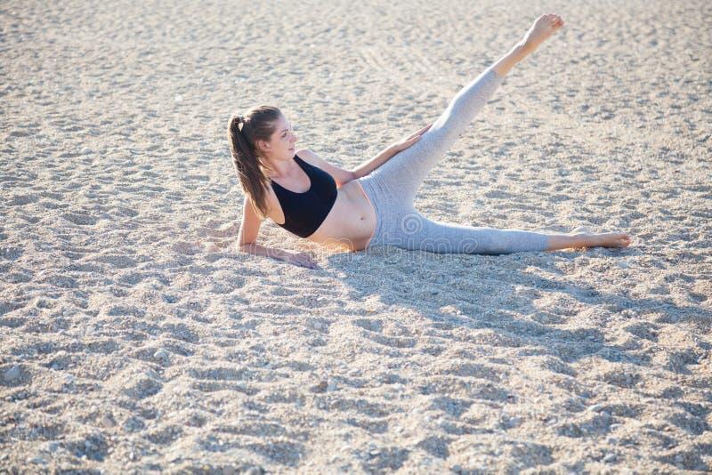 Piękna dziewczyna angażująca w sprawności fizycznej joga obrazy royalty free