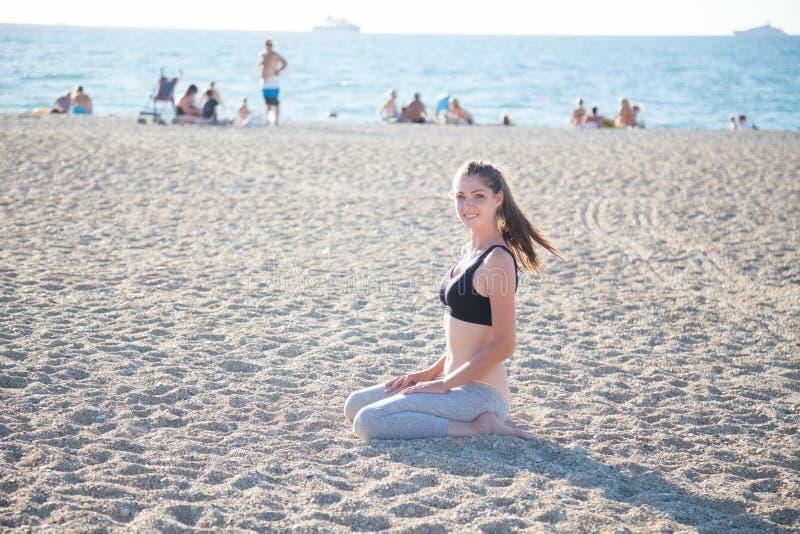Piękna dziewczyna angażująca w sprawności fizycznej joga obraz royalty free