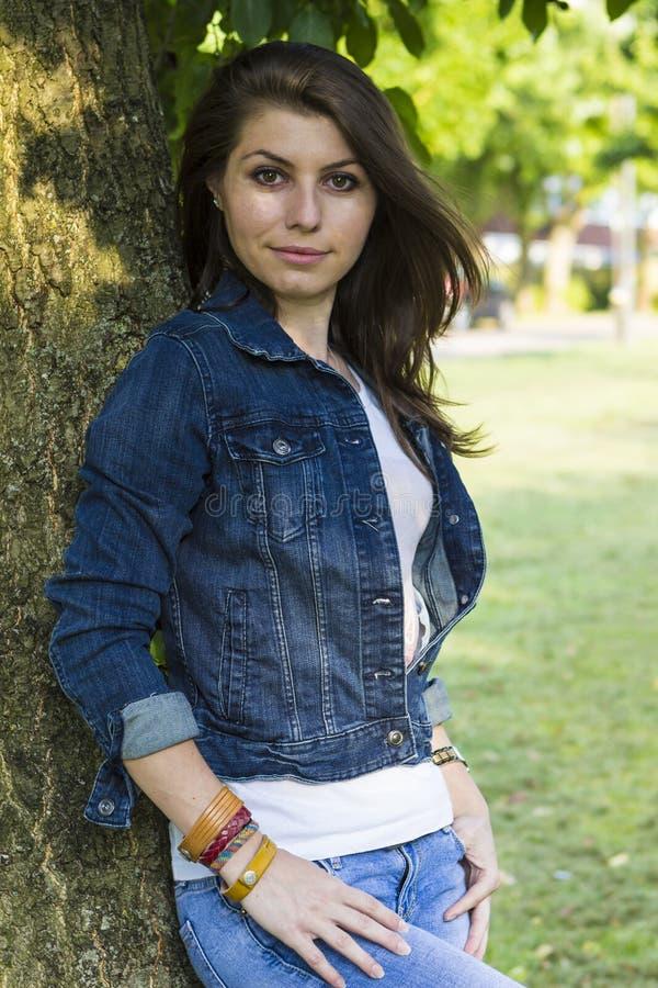 Piękna dziewczyna blisko drzewa zdjęcia stock