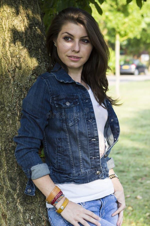 Piękna dziewczyna blisko drzewa zdjęcia royalty free
