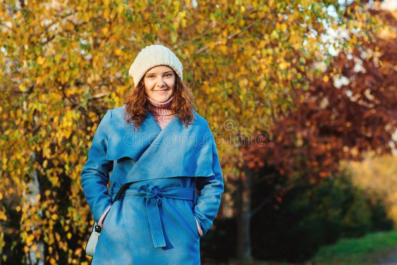 Piękna dziewczyna chodząca na jesiennym parku Piękna jesienna pogoda słoneczna Młoda kobieta ciesząca się upadkiem Moda kobiet Je obrazy stock