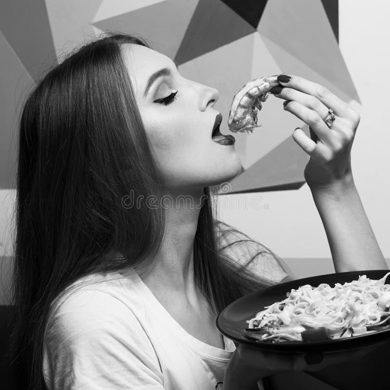 Piękna dziewczyna cieszy się jej posiłek zdjęcia royalty free