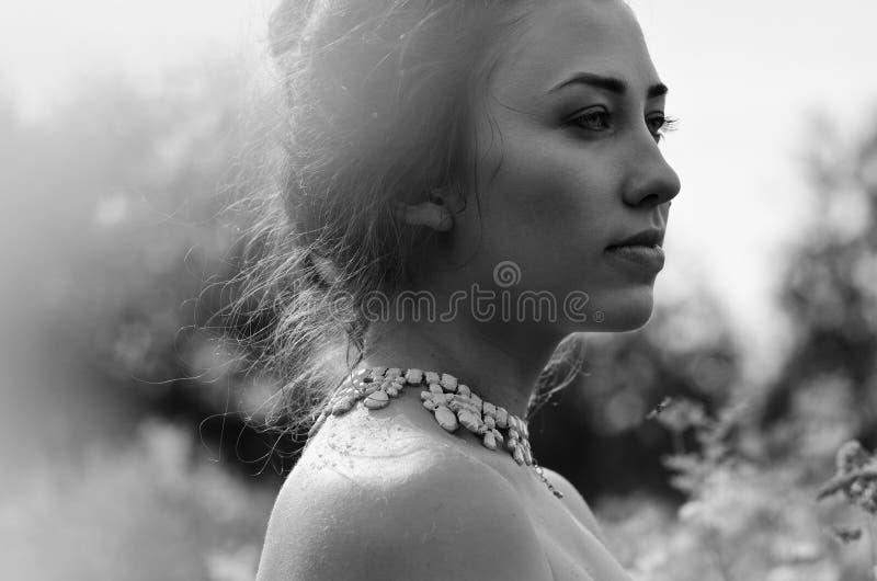 Download Piękna Dziewczyna Czarny I Biały Portret Zdjęcie Stock - Obraz złożonej z biały, otaczający: 57652386