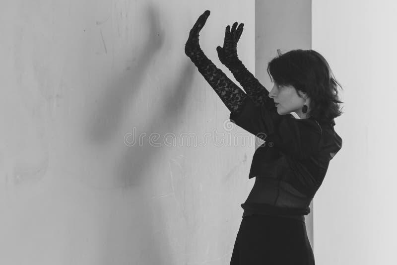 piękna dziewczyna czerni sukience fotografia royalty free