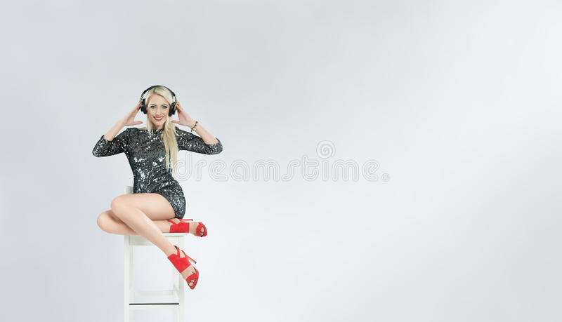 Piękna dziewczyna DJ z hełmofonami fotografia royalty free