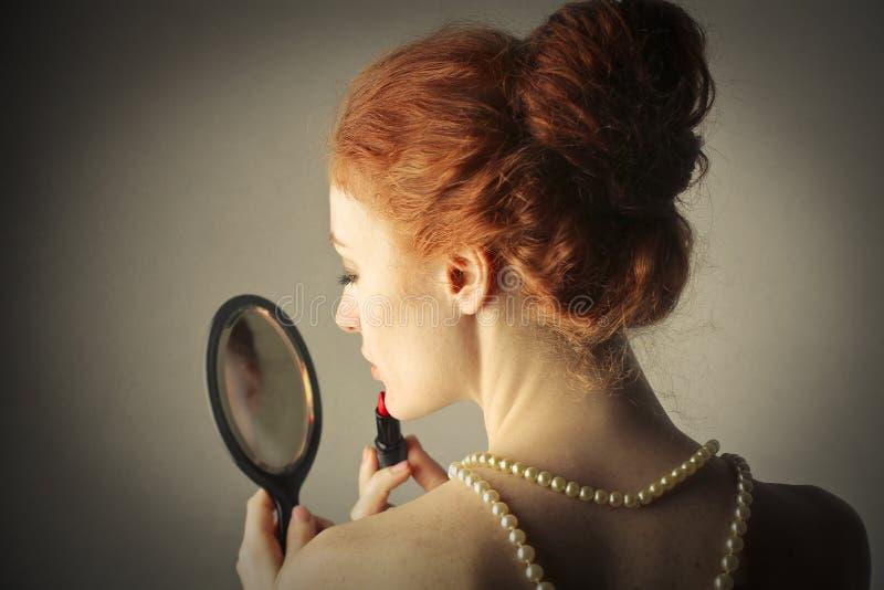 Piękna dziewczyna dostaje przygotowywający obrazy royalty free