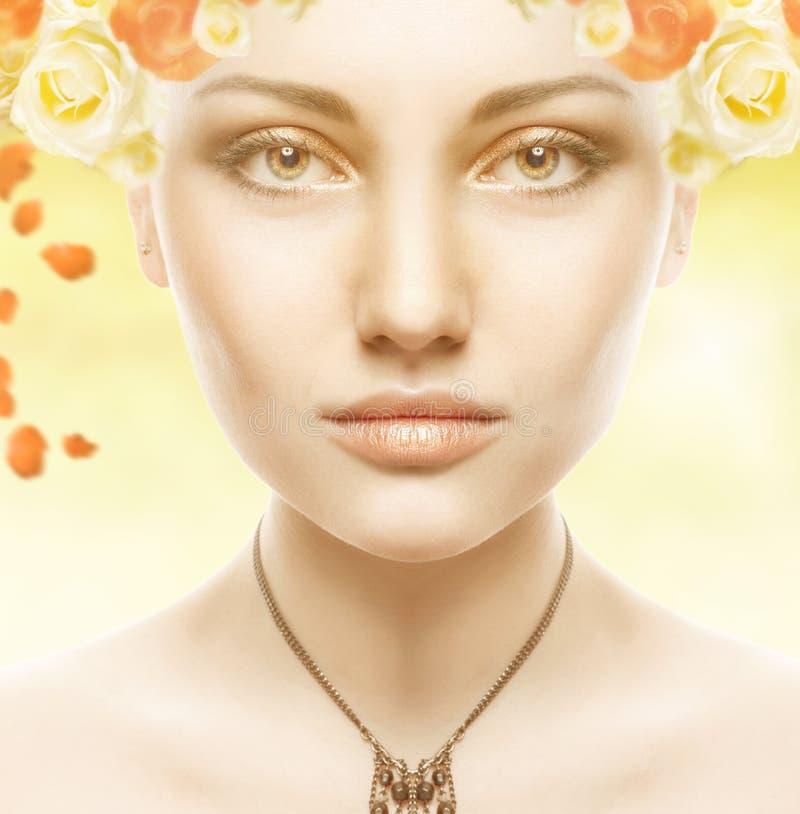 Piękna dziewczyna Face.Whits Doskonalić skórę z kwiatami zdjęcia stock