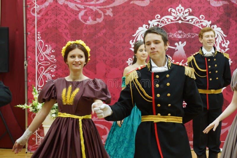 Piękna dziewczyna i mężczyzna w antycznej sukni zdjęcie royalty free