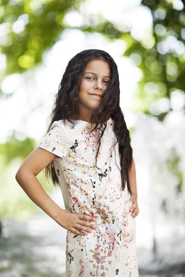 Piękna dziewczyna ja target905_0_ w parku obraz royalty free