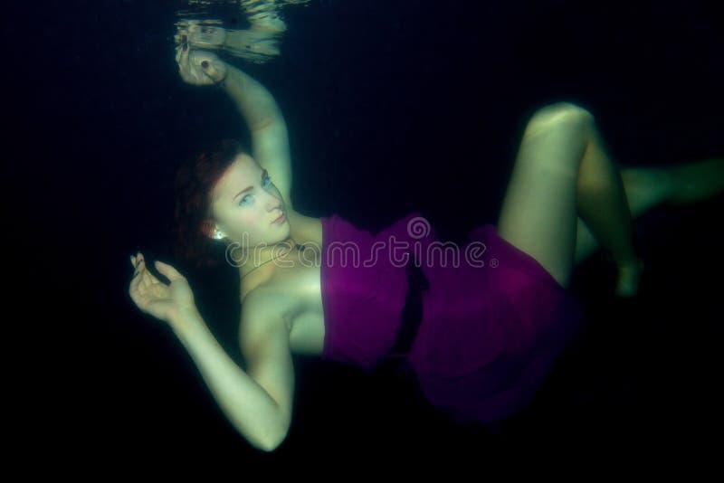 Piękna dziewczyna jest pod wodą fotografia stock