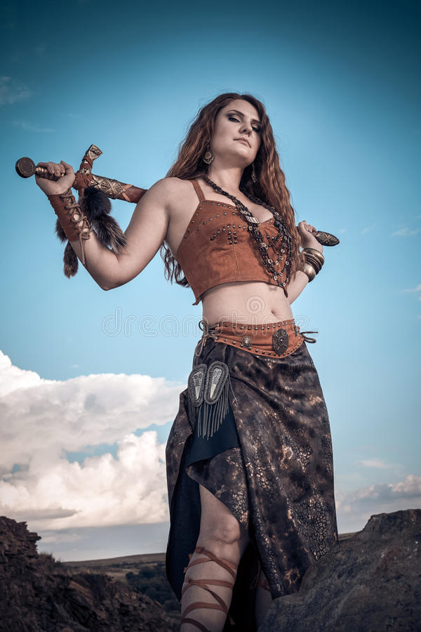 Piękna dziewczyna jest ubranym amazonkę lub Viking obrazy stock