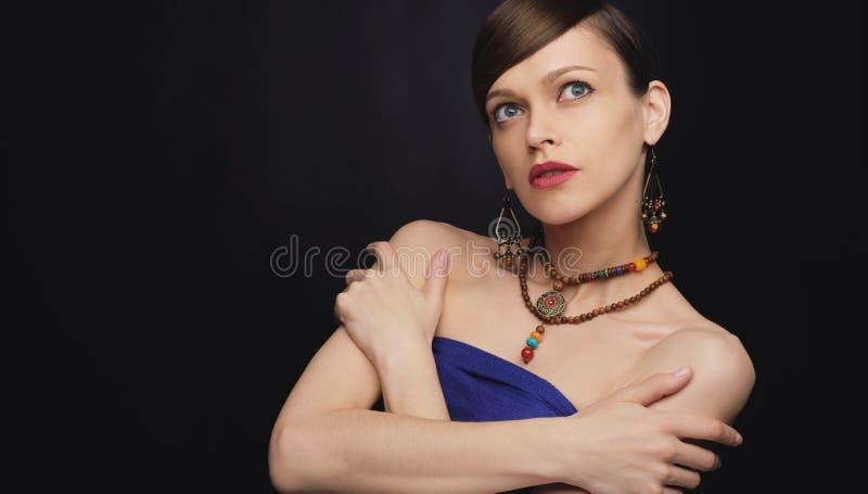 Piękna dziewczyna jest ubranym bijouterie bi?uteria lub b?yskotki obraz stock