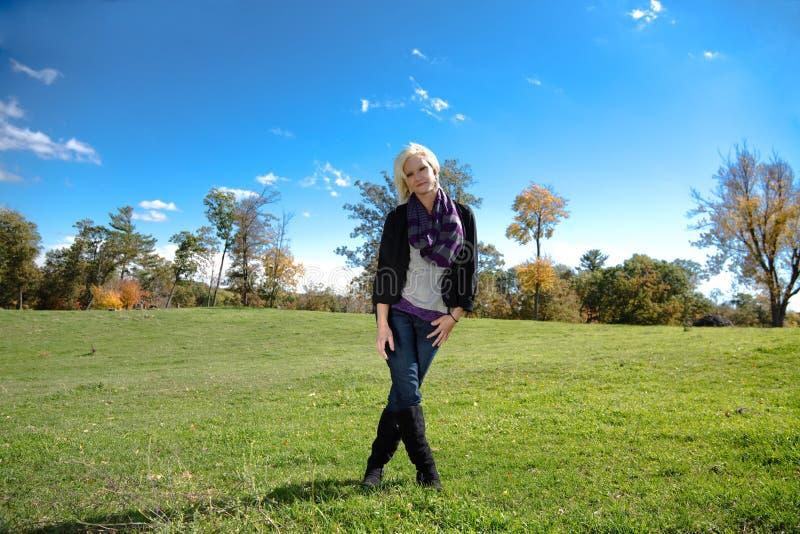 Piękna dziewczyna Krzyżować blondynka kraju nogi zdjęcie stock