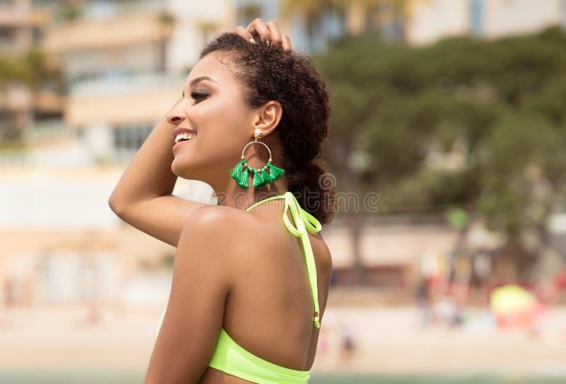 Piękna dziewczyna ma zabawę na plaży obrazy royalty free