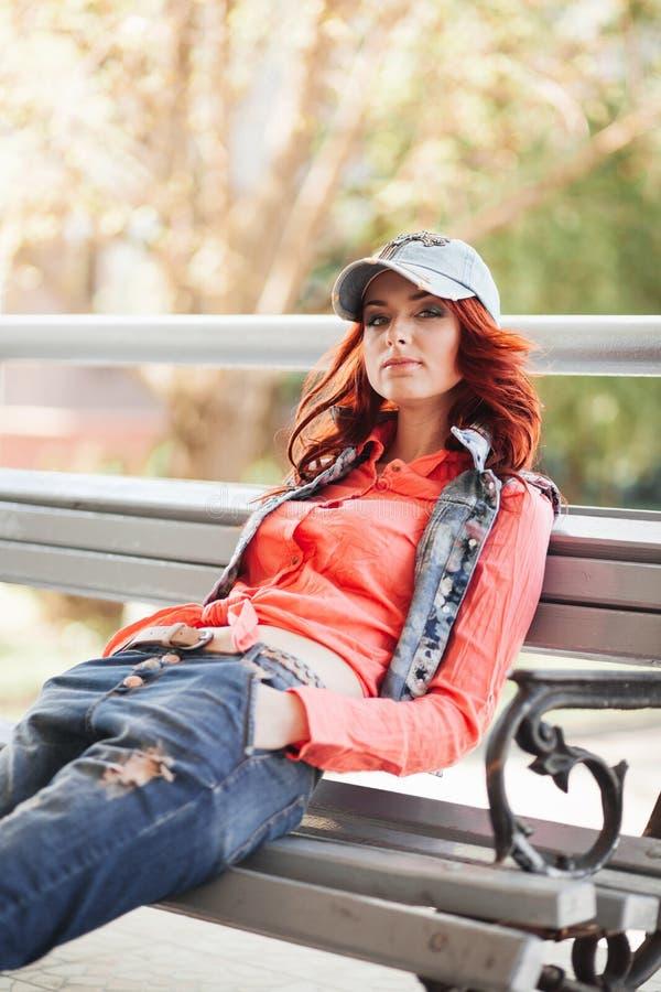 Piękna dziewczyna na ławce zdjęcie stock