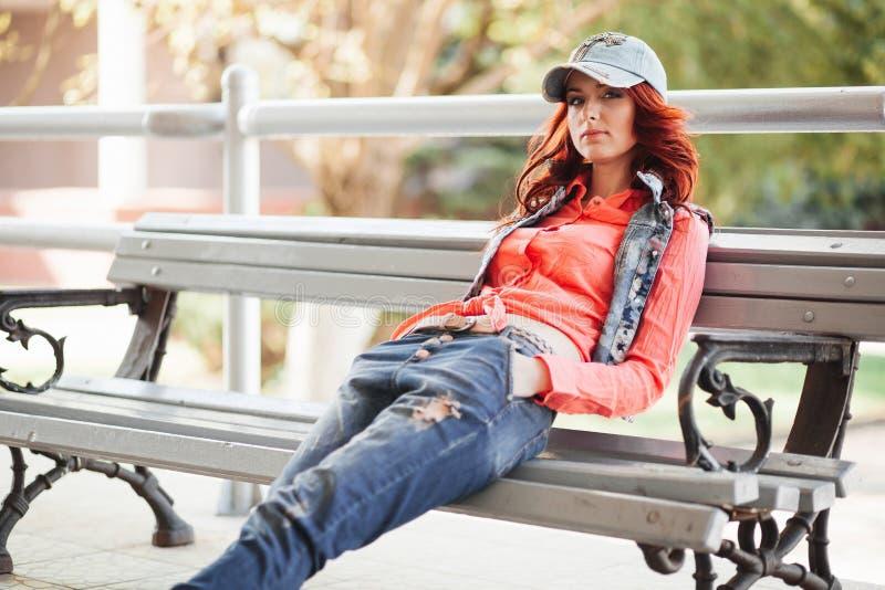 Piękna dziewczyna na ławce zdjęcie royalty free