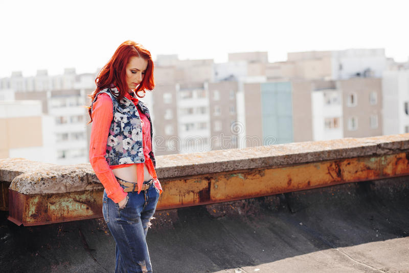Piękna dziewczyna na dachu zdjęcia royalty free