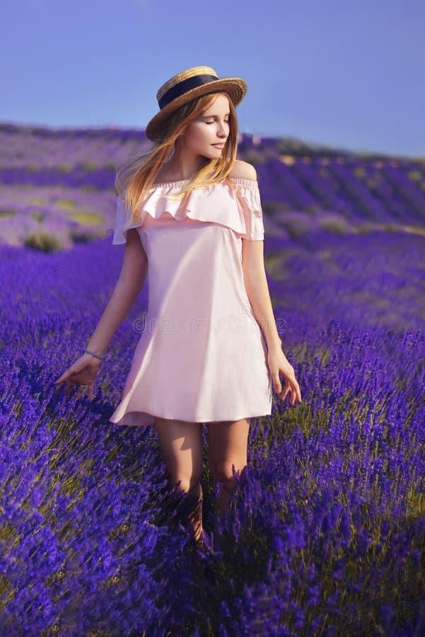 Piękna dziewczyna na lawendowym polu Piękna kobieta w lawendowym polu na zmierzchu miękkie ogniska, france Provence Dziewczyna w  zdjęcia stock
