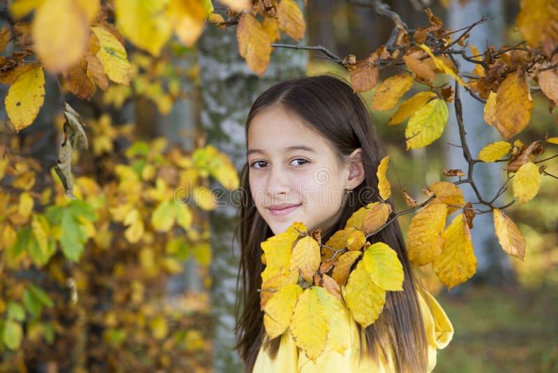 Piękna dziewczyna na liście autunów zdjęcie royalty free