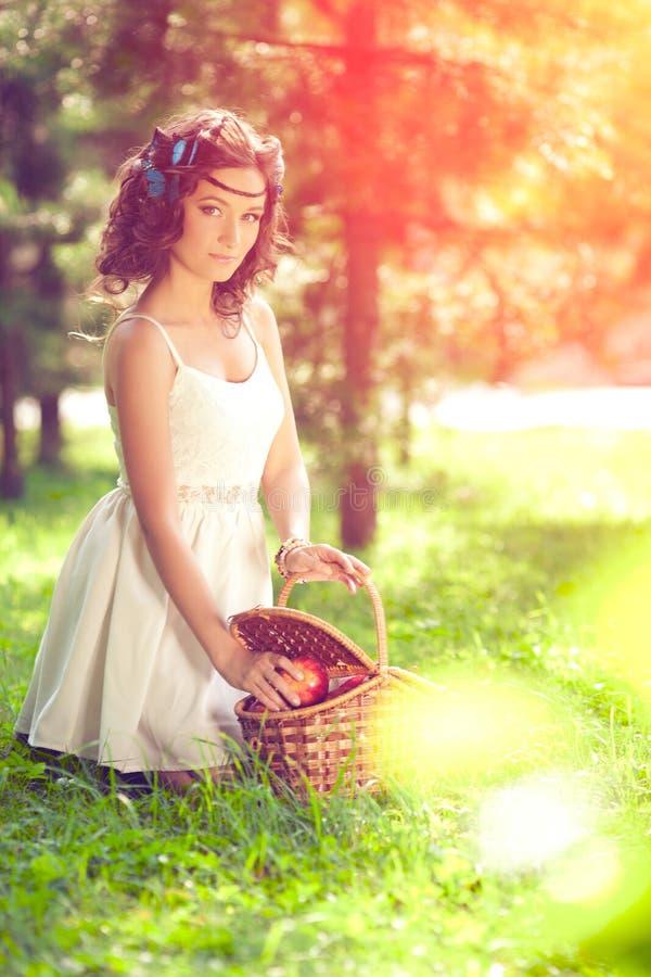 Piękna dziewczyna na pinkinie na naturze Piękna młoda dziewczyna Plenerowa zdjęcie royalty free