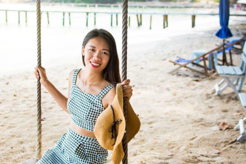 Piękna dziewczyna na plażowej huśtawce w Tajlandia zdjęcie stock