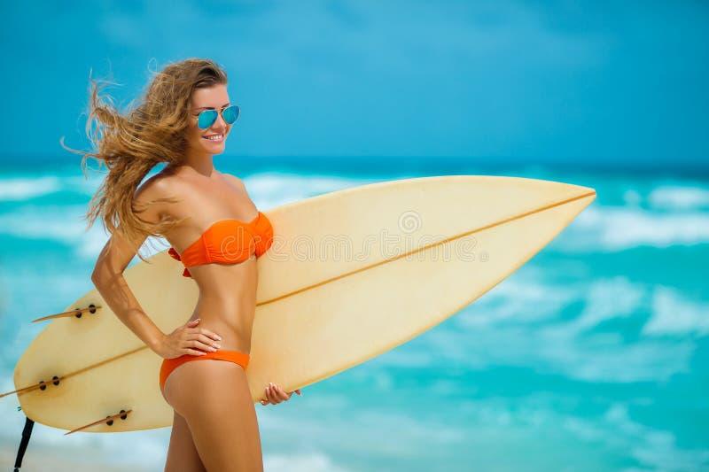 Piękna dziewczyna na plaży z surfboard obrazy stock