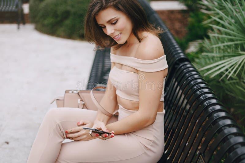 Piękna dziewczyna na ulicie obrazy royalty free