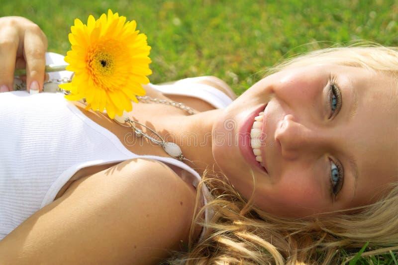 piękna dziewczyna na zewnątrz zdjęcia royalty free