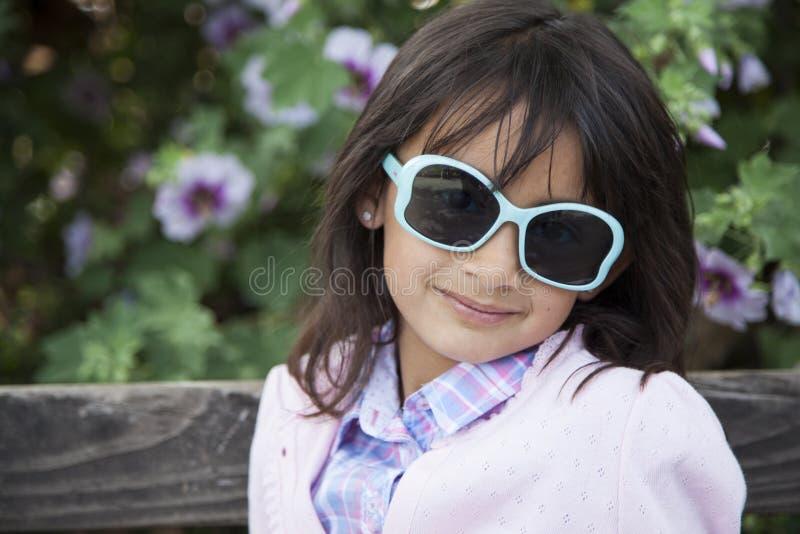 Piękna dziewczyna na zewnątrz ono uśmiecha się obrazy stock