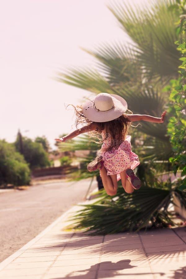 Piękna dziewczyna outdoors cieszy się naturę piękna dziewczyna nastoletnia zdjęcie stock