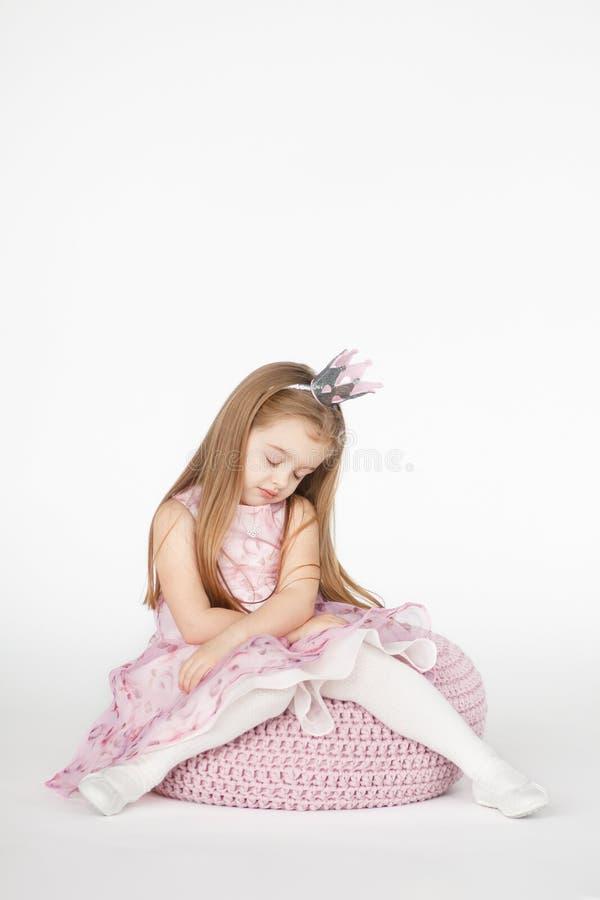 Piękna dziewczyna patrzeje smutny i zmęczony z upaćkanym włosy zdjęcie royalty free