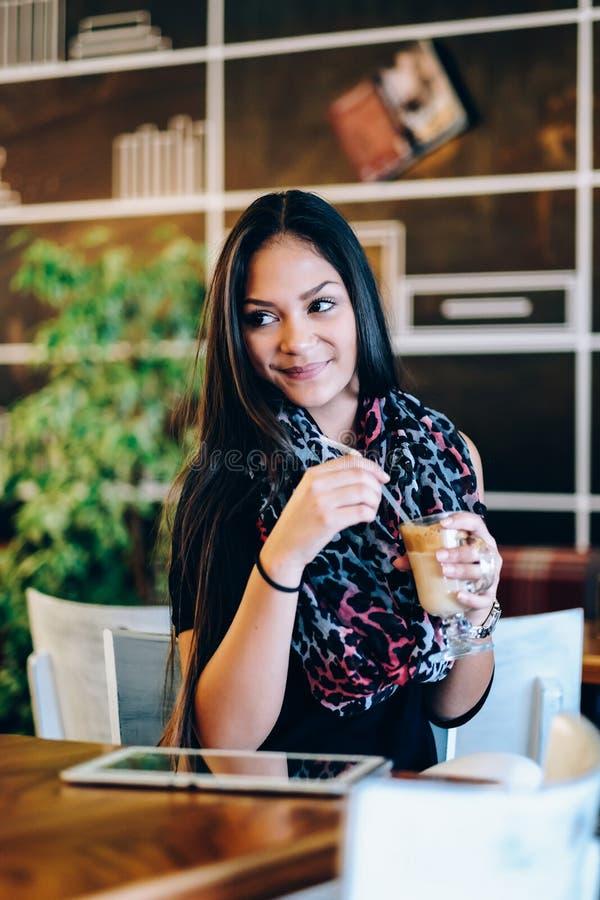 Piękna dziewczyna pije lodowego mokki potrząśnięcie w kawiarni fotografia royalty free