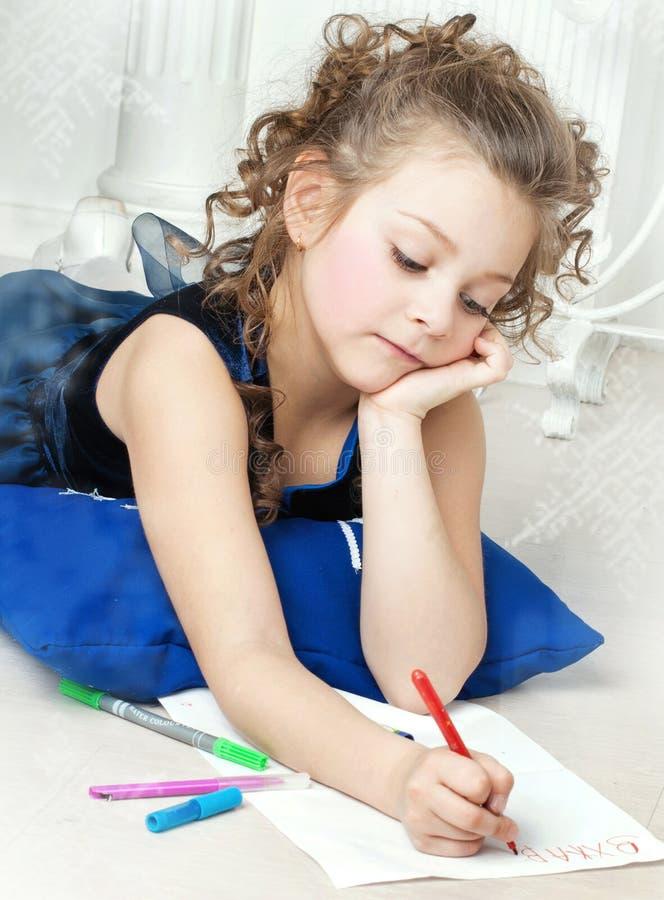 Piękna dziewczyna pisze liście Święty Mikołaj obrazy stock