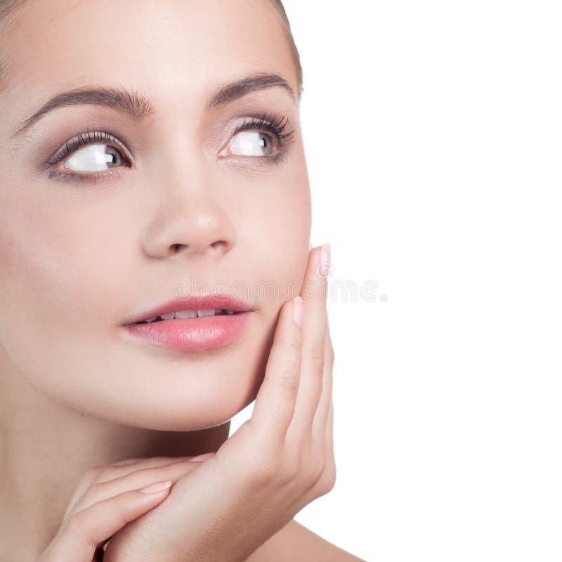 Piękna dziewczyna Po Kąpielowego macania Jej twarz zdjęcia stock
