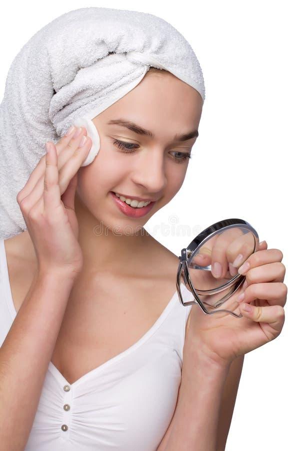 Piękna dziewczyna po tym jak kąpielowy lustro na ona ręki obrazy stock