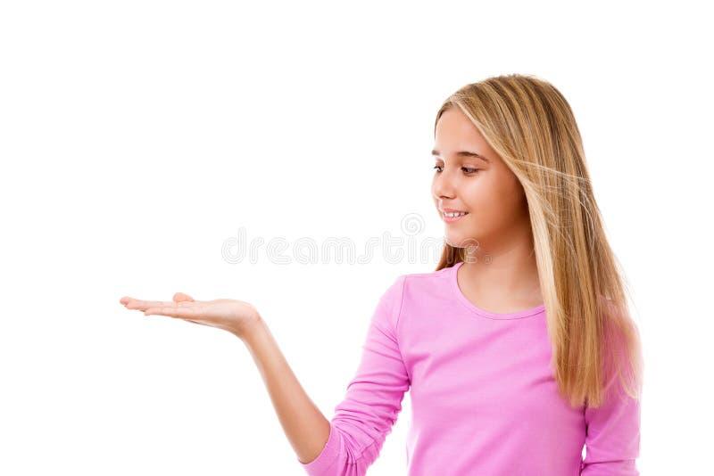 Piękna dziewczyna pokazuje coś na palmie jej ręka odosobniony fotografia stock