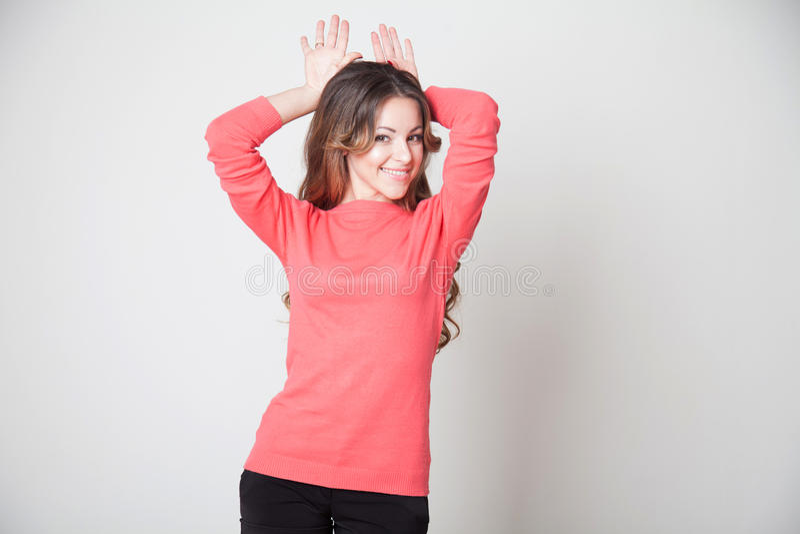 Piękna dziewczyna pokazuje ręki zając ucho zdjęcia stock