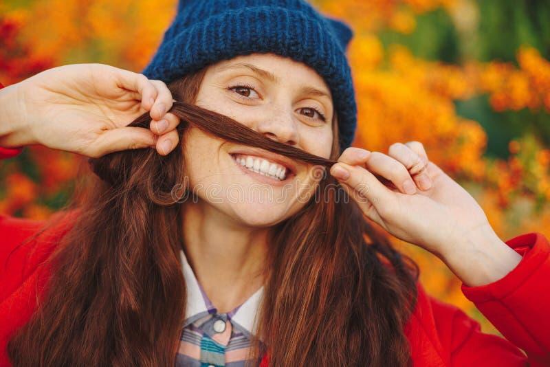 Piękna dziewczyna pokazuje wąsy od jej włosy obrazy stock