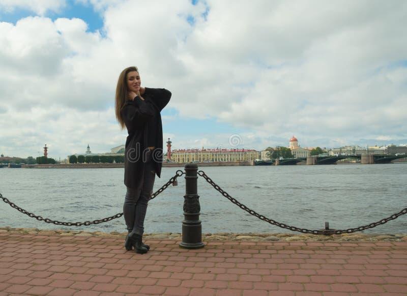 Piękna dziewczyna pozuje dla fotografa na tle rzeka zdjęcie royalty free
