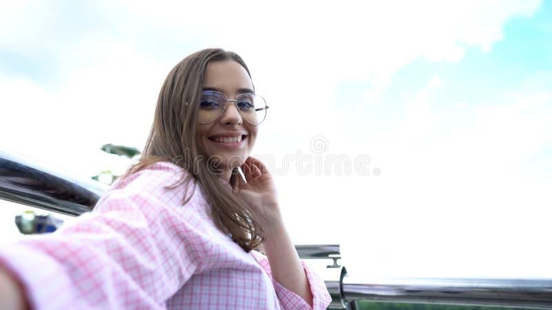 Piękna dziewczyna pozuje dla kamery, vlog na dachu, blogger podróżuje wokoło światu zdjęcia stock