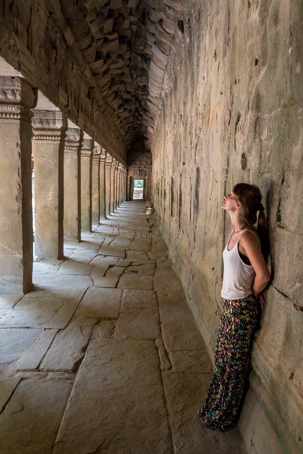 Piękna dziewczyna pozuje przy Angkor Wat, Kambodża Podróżować Azja fotografia royalty free