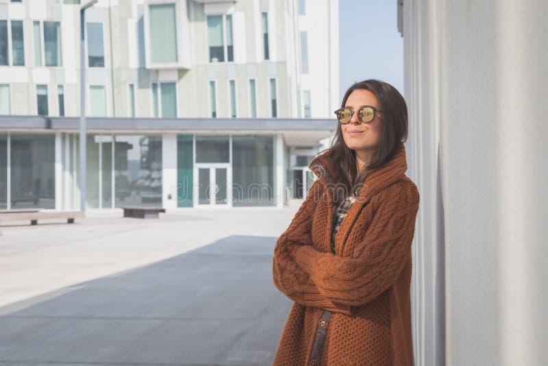 Piękna dziewczyna pozuje w miastowym kontekscie zdjęcie stock