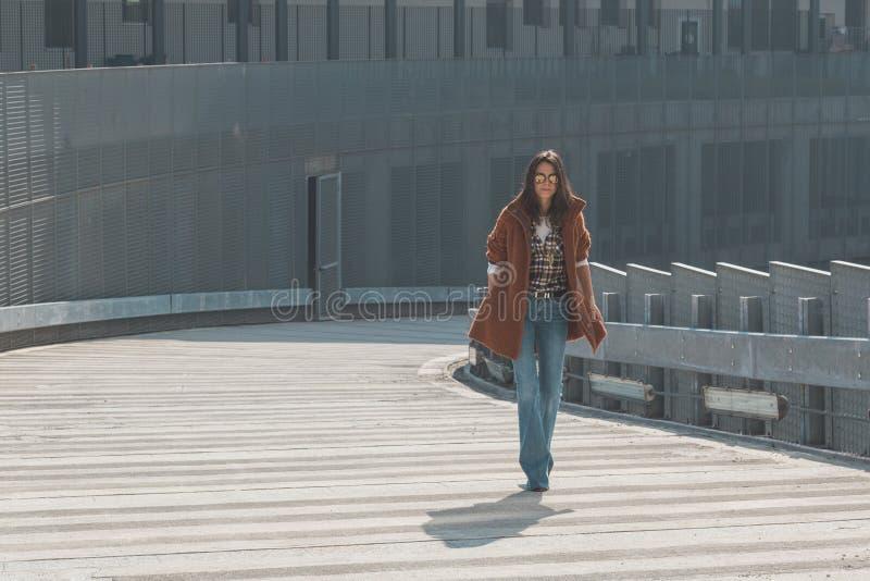 Piękna dziewczyna pozuje w miastowym kontekscie fotografia royalty free