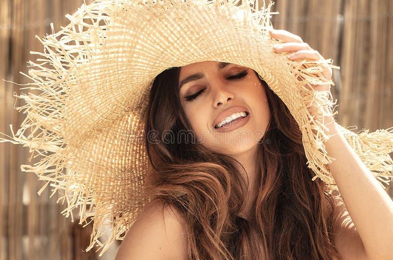 Piękna dziewczyna relaksuje, będący ubranym słomianego kapelusz zdjęcia royalty free