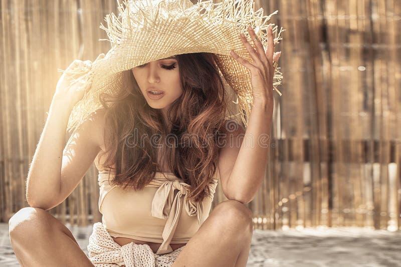 Piękna dziewczyna relaksuje, będący ubranym słomianego kapelusz obraz stock